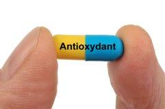 Cápsula antioxidante a disposición fotos de archivo libres de regalías