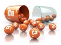 Cápsula com suplementos dietéticos ao elemento de CA do cálcio Pil da vitamina fotos de stock royalty free