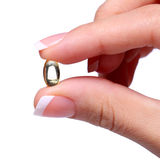 Cápsula de vitamina A en mano femenina. Aceite de pescado u Omega-3 Imagen de archivo