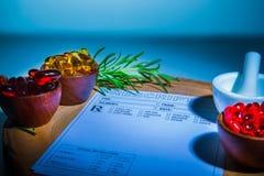 Cápsulas, almofariz, pilão e almofada da prescrição Fotografia de Stock Royalty Free