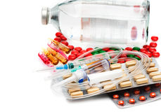 Cápsulas, ampolas, seringas e comprimidos médicos em um fundo branco Imagens de Stock Royalty Free