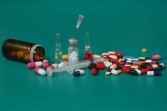 Cápsulas de la medicación en una botella abierta de la prescripción imagenes de archivo