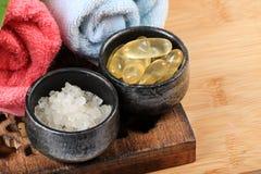 Cápsulas de la sal y de la vitamina del mar Fotografía de archivo libre de regalías