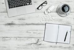 Cápsulas del café y de la medicina del lugar de trabajo de la oficina Concepto bl de la tensión fotografía de archivo