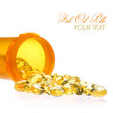 Cápsulas do óleo de peixes com a garrafa de comprimidos isolada. Omega-3 o Fotos de Stock Royalty Free