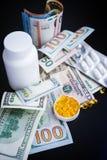 Cápsulas do óleo de peixes e euro-, dólares no fundo preto Imagem de Stock Royalty Free