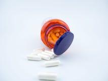 Cápsulas do comprimido do suplemento à vitamina no fundo branco Imagens de Stock