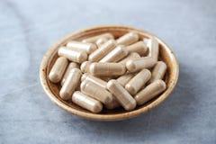 Cápsulas do somnifera de Ashwagandha Withania Conceito para um suplemento dietético saudável fotografia de stock royalty free