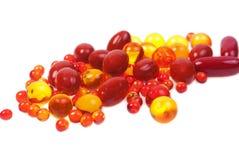 Cápsulas e comprimidos embalados nas bolhas isoladas Fotografia de Stock