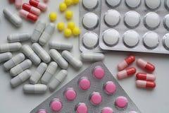 Cápsulas e comprimidos médicos Fotos de Stock