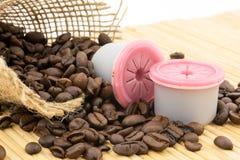 Cápsulas e feijões de café imagem de stock
