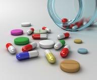 Cápsulas e tabuletas coloridas da medicina com garrafa azul Fotografia de Stock