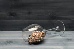Cápsulas e tabuletas médicas dentro do vidro de vinho Fotografia de Stock Royalty Free