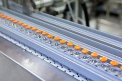 Cápsulas estéril para la inyección Botellas en la línea de embotellamiento de la planta farmacéutica Máquina después de comprobar Imagen de archivo libre de regalías