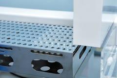 Cápsulas estéril para la inyección Botellas en la línea de embotellamiento de la planta farmacéutica Máquina después de comprobar Imagen de archivo