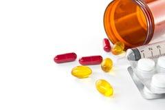 Cápsulas líquidas y píldoras que se derraman fuera de la botella Fotografía de archivo