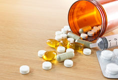 Cápsulas líquidas y píldoras que se derraman fuera de la botella Imagen de archivo libre de regalías