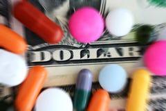 Cápsulas o drogas en billetes de banco del dólar de EE. UU. con el foco en palabra del dólar Fotografía de archivo libre de regalías