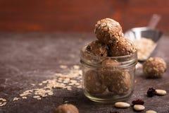 Cápsulas orgánicas sanas del granola de la energía con las nueces, el cacao, la avena y las pasas - mordeduras dulces vegetariana fotos de archivo libres de regalías