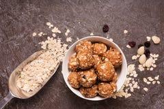 Cápsulas orgánicas sanas del granola de la energía con las nueces, el cacao, la avena y las pasas - mordeduras dulces vegetariana foto de archivo libre de regalías