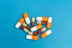 cápsulas & x28; pills& x29; em um fundo azul Fundo médico, molde fotos de stock royalty free