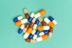 cápsulas & x28; pills& x29; em um fundo de turquesa Fundo médico, molde imagens de stock