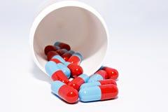 Cápsulas que derramam o frasco da prescrição Fotos de Stock