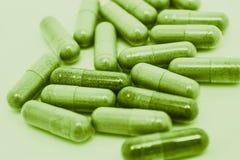Cápsulas verdes de las píldoras Imagen de archivo libre de regalías
