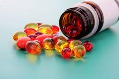 Cápsulas vermelhas das vitaminas Fotografia de Stock