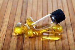 Cápsulas y aceite del aceite de pescado Imagenes de archivo