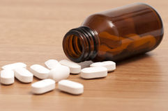 Cápsulas y píldoras en una botella fotos de archivo