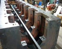 Cárter desmontado navio do bloco reparos Restauração da cama do eixo de manivela foto de stock royalty free