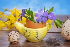 Cáscara de huevo con las flores en el soporte de la forma de la gallina para pascua Fotografía de archivo
