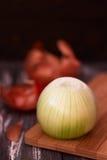 Cáscara de la cebolla en la tabla de madera imagen de archivo libre de regalías