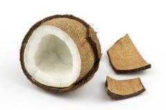 Cáscara de la fruta del coco cortada por la mitad imagen de archivo