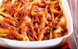 Cáscara de las pastas rellena con el carne picado en salsa de tomate Fotografía de archivo libre de regalías