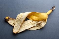 Cáscara del plátano en fondo gris Fotografía de archivo