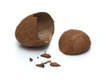 Cáscara machacada y smithers del coco aislados en blanco Fotografía de archivo