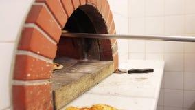 Cáscara que saca la pizza del horno en la pizzería almacen de metraje de vídeo