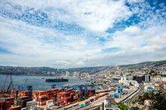 Cáscara y grúas históricas en un puerto de Valparaiso Imagen de archivo