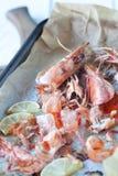Cáscaras asadas del camarón en una lata de la asación Fotos de archivo libres de regalías
