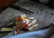 Cáscaras de Apple y cuchillo de pelado fotos de archivo
