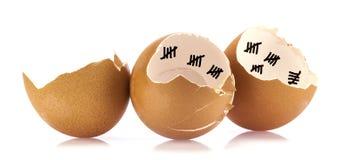 Cáscaras de huevo con de la cuenta las marcas abajo Imagen de archivo libre de regalías