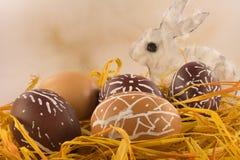 Cáscaras de huevo de Pascua con el conejo Imágenes de archivo libres de regalías