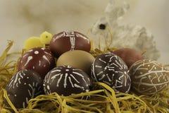 Cáscaras de huevo de Pascua con el conejo y el polluelo Fotos de archivo