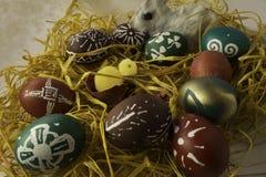 Cáscaras de huevo de Pascua con el rabit y el polluelo Fotos de archivo