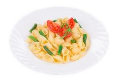 Cáscaras de las pastas con las verduras Imagen de archivo