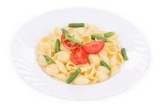 Cáscaras de las pastas con las verduras Foto de archivo