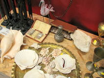 Cáscaras y antigüedades grandes para la venta en un mercado de pulgas Fotos de archivo libres de regalías