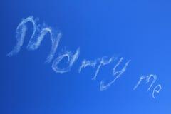 Cáseme escrito en cielo ilustración del vector